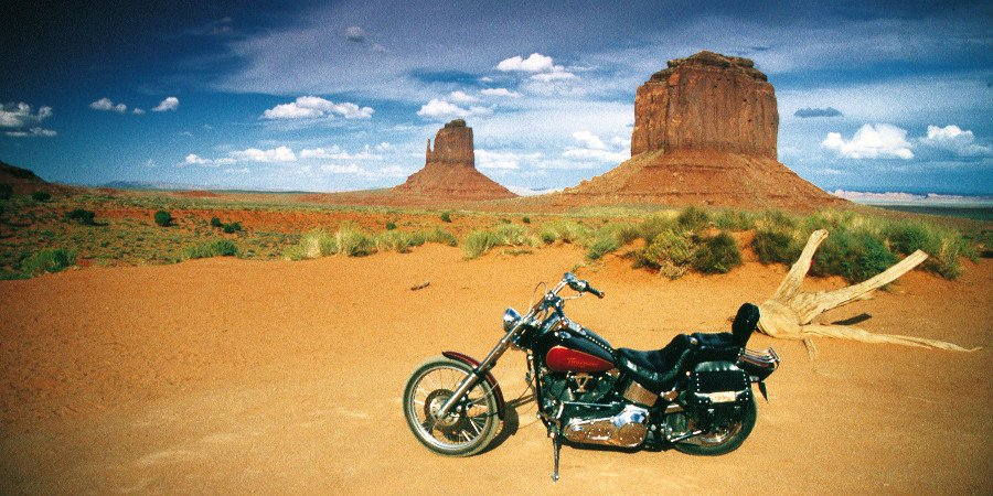 In moto nella Monument Valley